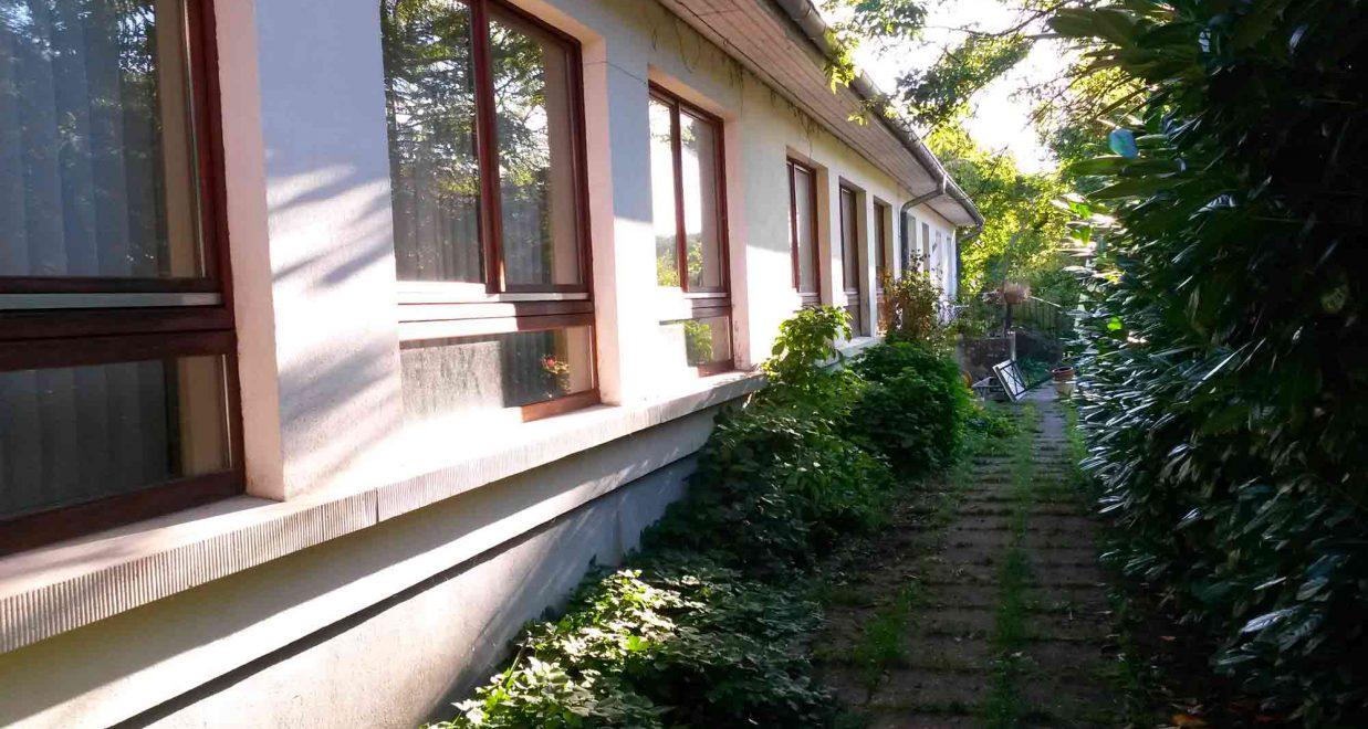 coure intérieure d'une ancienne école rénovée par oktave